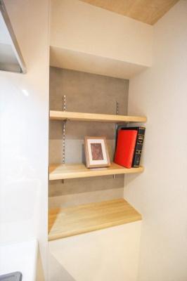 キッチン横にもちょっとした棚があり、調味料・小物等収納できます。