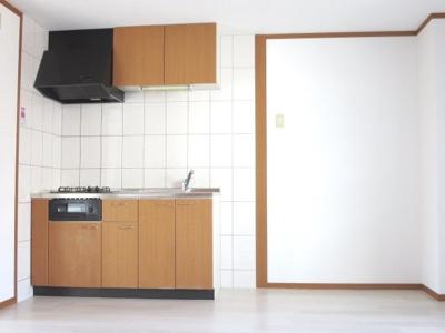 キッチン横には冷蔵庫スペースあり、2020年10月撮影