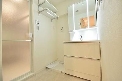洗面スペースには防水パン付き洗濯機置場もございます。