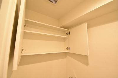 トイレ上部にはストック品などの収納に便利な収納棚付きです。