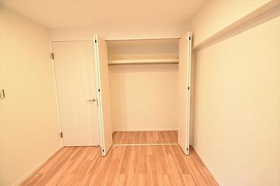 お部屋はクローゼット付きで空間を有効にお使いいただけます。