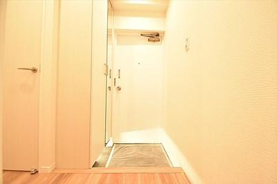 シューズボックスですっきりとした玄関スペース。