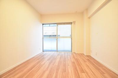 バルコニーに面した明るいお部屋です。