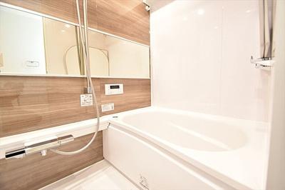 一日の疲れをいやすバスルームには便利な追焚機能、浴室換気乾燥機付。