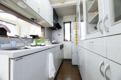 広々としたシステムキッチンになります。 上部、下部に収納スペースが備わっているのでキッチンに物を置く