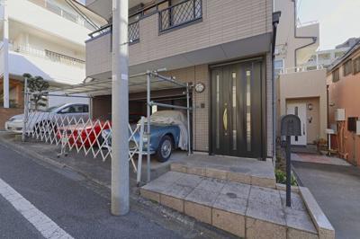 玄関にポストがあるため、便利に使えます。 前面道路が広く、駐車が苦手な方でも簡単にできます。 周辺環