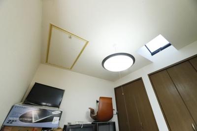 天井に収納があります。 季節の物や、直ぐには使わないものなどを収納することができます。