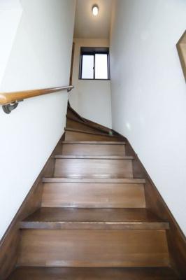 手すりがついている階段なので、安全に上り下りできます。