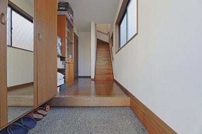 広々とした玄関スペースになります。 玄関に広くスッキリした印象にを持たせてくれます。 ベビーカーを畳