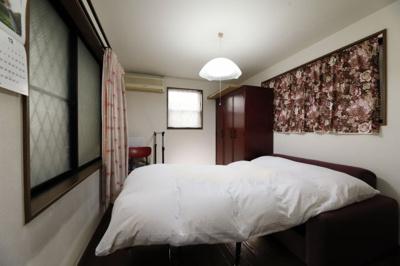 約5.1帖の洋室になります。 この部屋を寝室として利用すると朝起きてお洋服に着替えるときに クローゼ