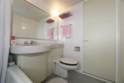 お風呂に隣接している洗面台です。 忙しい朝でも家族全員で使えるような大きいものになります。 収納も鏡
