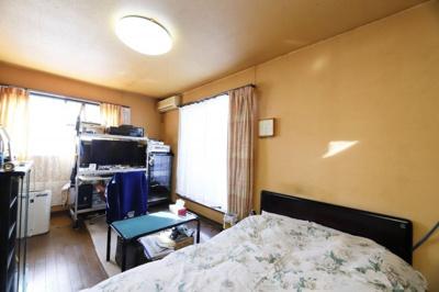 約7.3帖の洋室になります。 この部屋を寝室として利用すると朝起きてお洋服に着替えるときに クローゼ