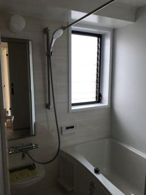浴室乾燥機能付き。窓もあります。