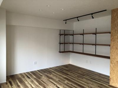 リビング収納に向けて、スポットライトが当たります。 お好きなインテリアを棚に飾ることもできます。