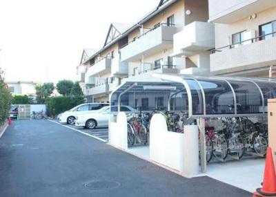 駐車スペース・屋根付きの駐輪場もあります☆