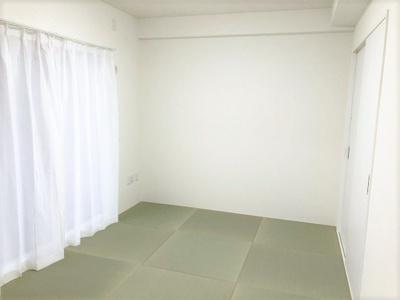 和室(6.0帖)です。 客間にもなる和室があると便利ですね♪バルコニーに面していて明るく温かい和室でご家族の憩いの部屋になりますね♪ヘリ無畳がモダンで素敵です♪