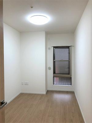 洋室(約5.3帖) 西向きの窓があるお部屋です。各お部屋に収納があるのも嬉しいですね♪