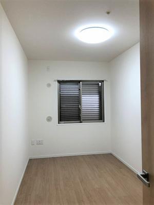 洋室(約5.1帖) 全室クロス・フローリング貼り替えていますので、どの部屋もとても美麗ですよ♪
