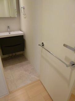 洗面室扉にタオルハンガーついております