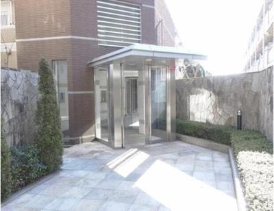 総戸数24戸、鉄筋コンクリート造の地上3階建マンション。