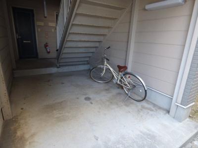エントランス階段下に自転車が置けます