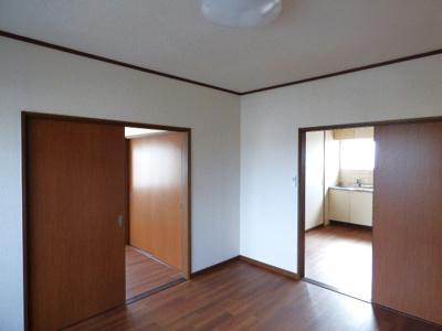 リビングはキッチンと引き戸でつながっています ※掲載画像は同タイプの室内画像のためイメージとしてご参照ください。