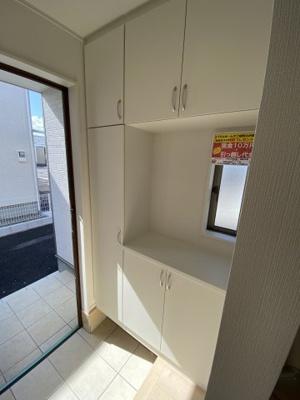 玄関には大容量の玄関収納が。家族のたくさんの靴や荷物もキッチリ収納できます ※同社施工例