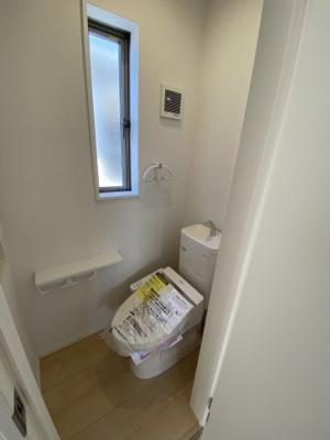 2Fトイレ。各階に設けられたトイレは、家族で混みあいがちな忙しい朝にとっても便利。 ※同社施工例