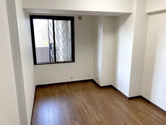 【現地写真】 独立性を高めたお部屋。たっぷりの収納も配備しており、片付いた空間を現実出来そう。陽光も降り注ぐ明るく開放的な空間が魅力的♪