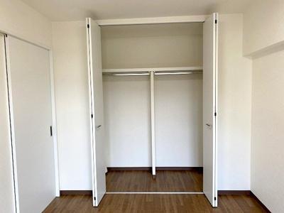 【現地写真】ゆったりスペースのクローゼットは季節物の収納にも♪ 居室クローゼットは、洋服やクリアーボックスなどもしまえるクローゼットを設置♪