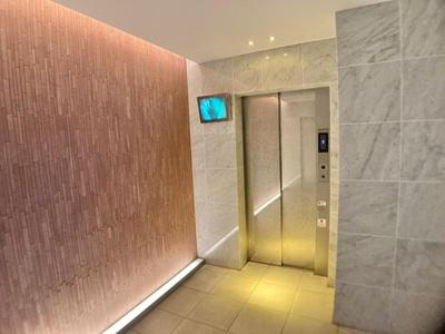 エレベーター完備。モニターもあり防犯対策もされています。