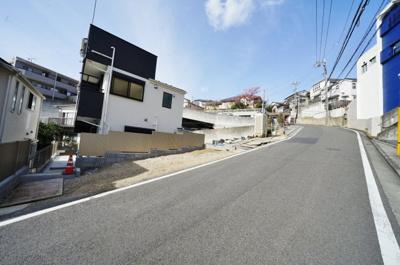 【前面道路含む現地写真】保土ヶ谷区初音ヶ丘 全2棟新築戸建て