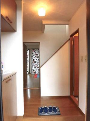玄関から室内への景観です!正面にリビングダイニングキッチン、左手に洗面所とお風呂があります★