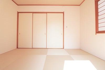 【現地写真】和室がひろがる居住スペース♪ お子様のお昼寝、お遊びにも目が届くので、安心ですよ♪