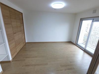 6.0帖の洋室です。 LDの引戸を開けて広い空間としてもお使いいただけます。