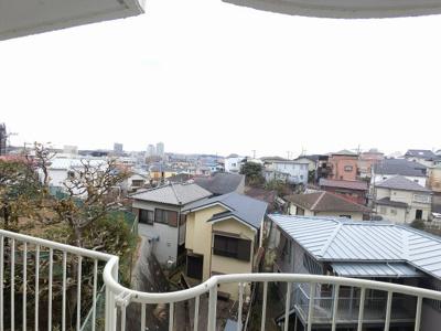 1階部分からの眺望です。 南側隣地とは高低差があり開放感がございます。