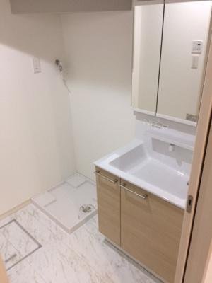 三面鏡付き独立洗面化粧台です