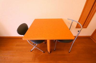 机(折り畳み式) イス2脚。同タイプの物件写真となります。