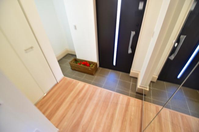 ゆったりとした明るい玄関には大型のシューズボックスを設置。