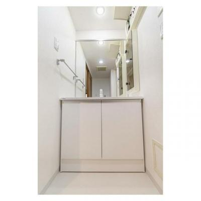収納付きの洗面台。大きな鏡付きでお支度時にも便利です。