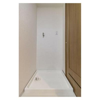 洗濯機置き場は洗面所にあります。防水パンも綺麗です。
