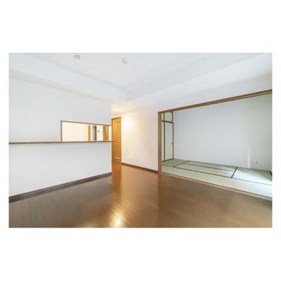リビングに隣接する和室の引き戸を開放してもお使い頂けます。