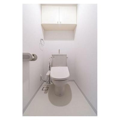 白を基調とした清潔感あるトイレ。便利な収納棚付きです。