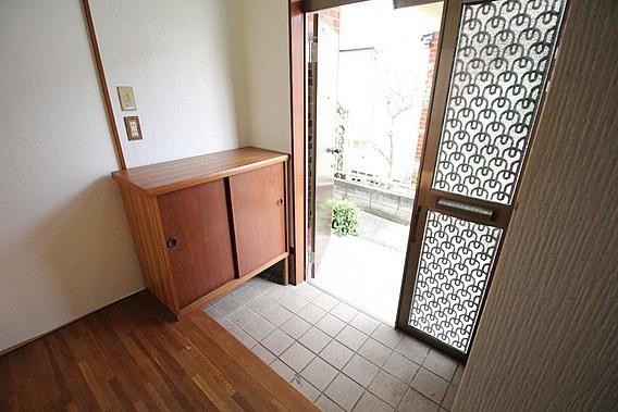 玄関扉の横に明かり取りの窓があるので、自然光が差し込む明るい玄関~玄関収納付き