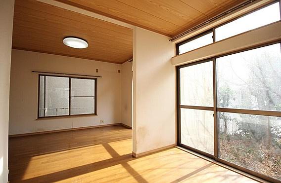 ワイドな窓からの採光たっぷりな洋室約10.5帖~リビングとして使用可