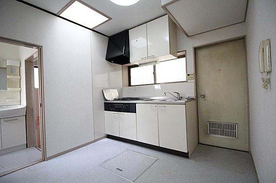 床下収納など収納豊富なダイニングキッチン~勝手口も有り何かと便利