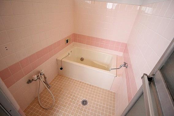 癒しのピンクのタイル、ゆったり過ごせるお風呂