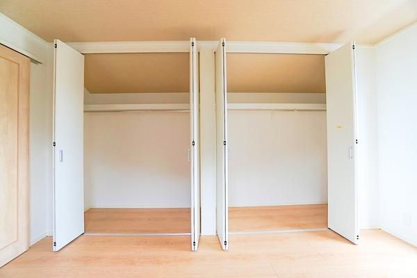 クローゼット付きでお部屋も広く使えます! これだけ収納があると助かりますね!