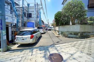 車通りも少ない為、小さなお子様にも安心です。 前面道路は広く、駐車も落ち着いて出来ます。