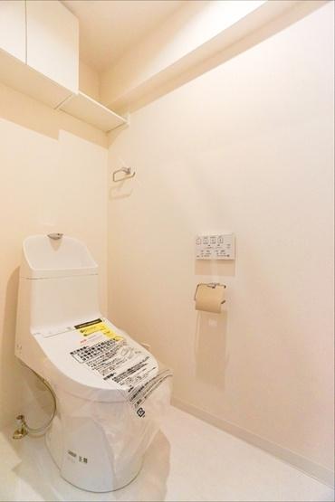 清潔感のある内装のすっきりとしたデザインのトイレです。